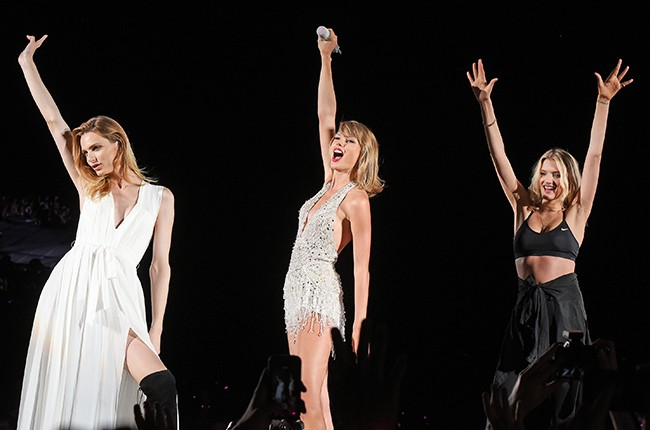 Taylor Swift performs with Andreja Pejic and Lily Donaldson during The 1989 World Tour chicago 2015