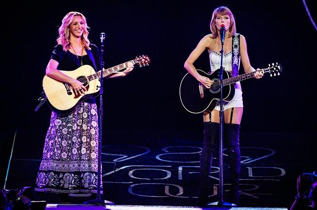 "Taylor Swift and Phoebe Buffay (Lisa Kudrow) sing ""Smelly Cat"""