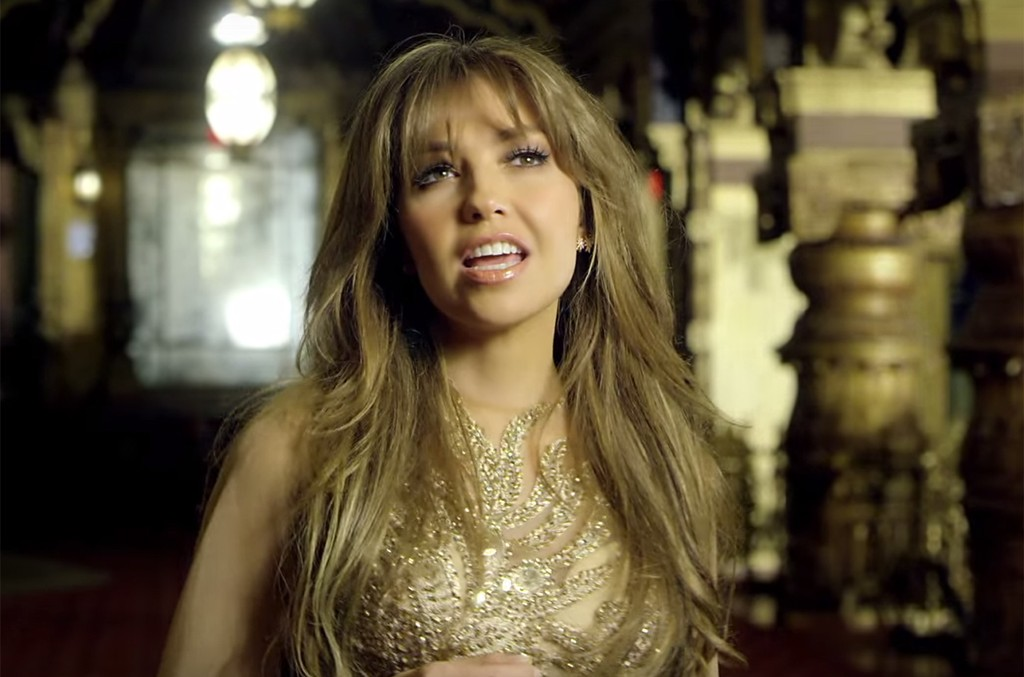 Thalia in the video for Vuélveme a Querer