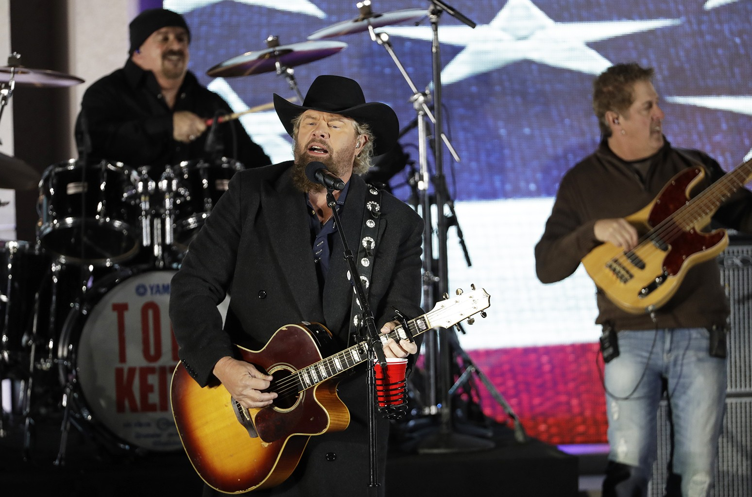 """Toby Keith performs at a pre-Inaugural """"Make America Great Again! Welcome Celebration"""" at the Lincoln Memorial in Washington, DC on Jan. 19, 2017. (AP Photo/David J. Phillip)"""