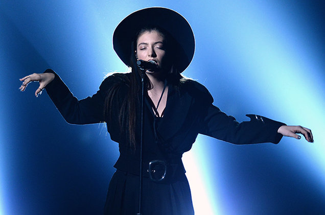 Lorde performs at the 2014 Billboard Music Awards