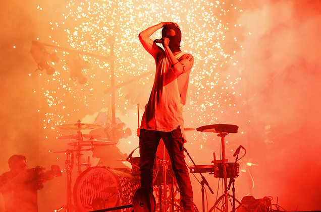 Twenty One Pilots perform at the 2016 American Music Awards