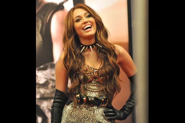 Photos of the Week: Shakira, Miley Cyrus, Ne-Yo