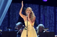 Carrie Underwood Tops the Charts, Kelly Clarkson Branches Out