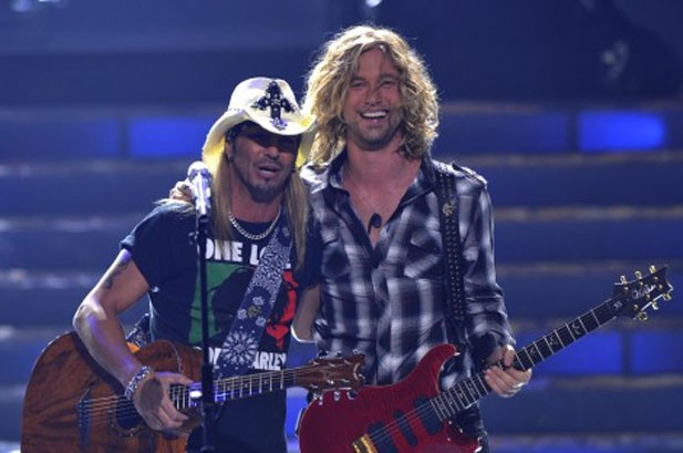 Ailing Bret Michaels Performs on 'Idol' finale