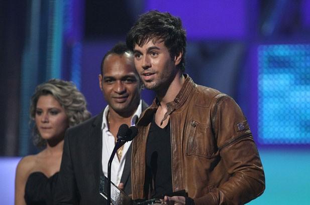 Enrique Iglesias, Shakira Big Winners at Billboard Latin Music Awards