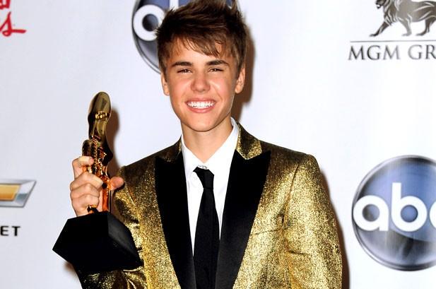 Justin Bieber Wins Billboard.com Fan Favorite Award